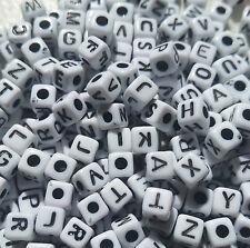 100 Misto Bianco in Acrilico Alfabeto Lettera Cubo Perline 5 mm ABE12