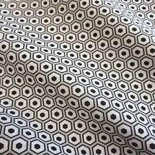 Stoff Meterware Baumwolle Polygone Wabe schwarz weiß grau Trend 2016 Retro