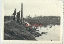 WWII ORIGINAL WAR PHOTO GERMAN SOLDIERS WATCH ON KIA / DEAD SOVIET SOLDIERS