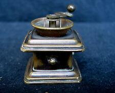 metre à ruban  de couturière en forme de moulin à café ( XXème )