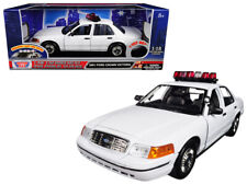 MotorMax 1:18 2001 Ford Crown Victoria Police Car with Light & Sound White 73992