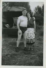 PHOTO ANCIENNE - VINTAGE SNAPSHOT -CURIOSITÉ COUPLE HOMME TORSE NU DRÔLE CAMPING