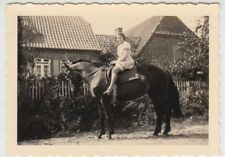 (F24458) Orig. Foto junge Frau auf dem Pferd in Petschow 1939