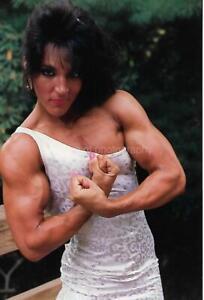 PRETTY WOMAN 80's 90's FOUND PHOTO Color MUSCLE GIRL Original EN 18 13 Y