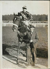 PHOTO DE PRESSE ORIGINALE S.A.F.R.A : CHEVAL de COURSE + JOCKEY + PROPRIETAIRE