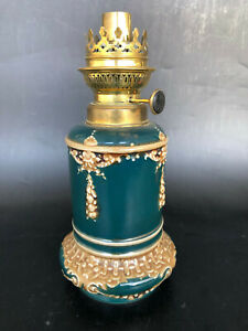 ANCIENNE LAMPE A PETROLE PORCELAINE BARBOTINE globe huile pigeon