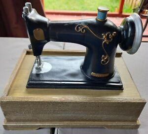 ANTIQUE SINGER MACHINE STYLE SEWING BOX THIMBLE CRAFT CASE 1983 VINTAGE
