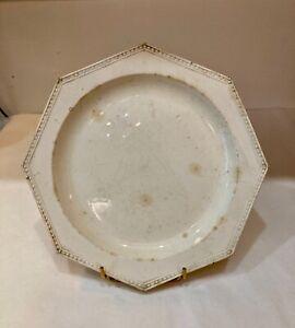 Creil. Assiette octogonale en faïence fine à décor de perles Terre de pipe. 1820