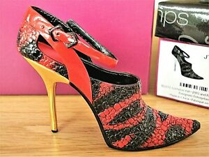 Just The Right Shoe - Eye Catcher