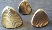16 alte dreieckige Metallknöpfe mit Ösen in 3 Größen, 30 -18 mm