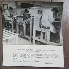 PHOTO DE PRESSE 1944 ECOLE DES MÉTIERS D'ART HOTEL DE SALÉ COURS DE POTERIE
