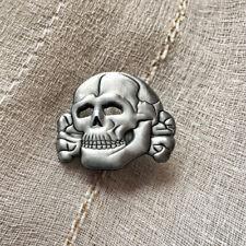 skull-badge-pin totenkopf