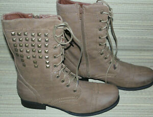 SPOT ON WOMENS TAN LACE UP/ZIP SYNTHETIC STUDDED COMBAT BOOTS SIZE:8/41(WB3561)