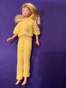 SKIPPER DOLL. (BARBIE COLLECTION) WEARING YELLOW KNIT CLOTHES.#950 1965/68 (SD64
