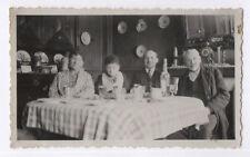 PHOTO ANCIENNE Groupe Famille Salle à manger Repas Assiette 1930 Verre Bouteille