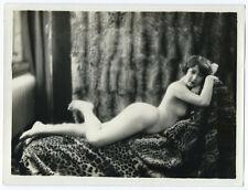 Photo curiosa - 24 x 18 / jeune femme sur peau de panthère -  Nu cira 1920