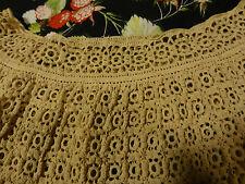 Magnifique et Rare travail au crochet volanté ;  couleur grège  1m50 large enbas