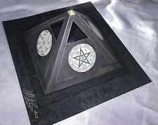 Pyramide noire dorée avec talismans Magique Esotérisme+