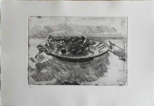 Piero Vignozzi acquaforte incisione piatto con uva nera  50x35 firmata numerata