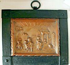 plaque décorative en cuivre scène d' intérieur encadrement fer forgé