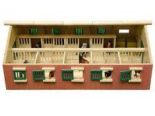 Kids Globe Bauernhof Pferdestall, Maßstab 1:32, Reiterhof mit Faltdach, Holz