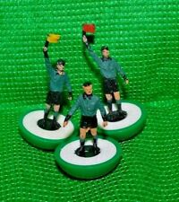 Subbuteo   Referee+ two linesmen with flags>>green/black strip>>LW>PERFECT