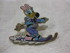 Disney Pin Daisy Skiing Mount Everest Limited Edition 900 Expedition 2008 pin878