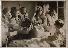 LA REINE DE PARIS ET ENFANTS MALADES , PAQUES ; PHOTO MEURISSE CIRCA 1925