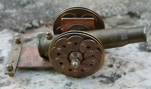 ancien petit canon réalisé avec des pièces et des douilles militaire