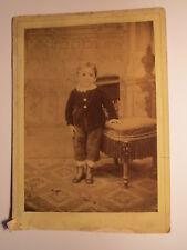 Ried - stehendes kleines Kind - Kulisse / KAB