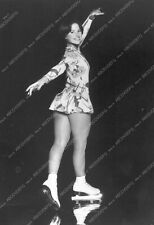 8b20-14598 beautiful Dorothy Hamill posing on the ice 8b20-14598