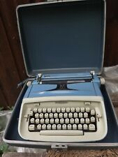 VINTAGE BLUE ROYAL SAFARI PORTABLE TYPEWRITER IN CASE