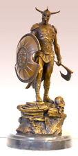 Handgefertigte Bronzefigur - Bronze Krieger auf Marmorsockel mit Streitaxt