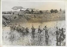 PHOTO DE PRESSE S.A.F.A.R.A. + Soldats traversant une rivière à pied