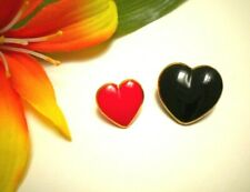 VINTAGE RED AND BLACK GLASS REALISTIC POKER HEART GOOFIE BUTTONS GOLD RIM BAND