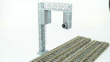 Segnale semaforico FS a portale con una vela, scala H0