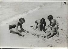 PHOTO ROL + DEAUVILLE + 15 août 1936 + 4 enfants jouent sur la PLAGE de SABLE