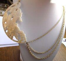 collier bijou vintage couleur or déco décalée grande plaque dauphin en nacre 680