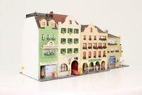 Diorama Spur N Häuserzeile 6 x Stadthaus mit vielen Figuren fertig aufgebaut