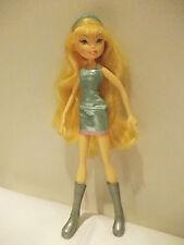 Poupée 2 WINX CLUB blonde robe courte lamé bleu avec bottes grises