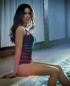 KATE BECKINSALE - SITTING SEXY WITH A ONE PIECE ON !!  Great Legs !!!