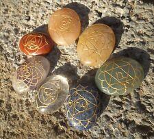 Conjunto de 7 piedras de Chakras con forma ovalada grabado con 7 sánscrito Chakra símbolos