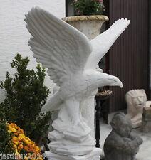 Statue d'aigle, les ailes déployées en pierre reconstituée, ton pierre blanche