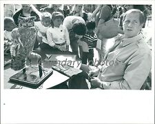 1990 Jim Fowler Signs at Hogle Zoo with Owl Original News Service Photo