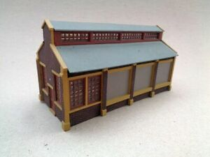 HO Scale Buildings, 5  Plastic- Built and Used. Lot 2