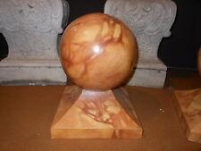 Boccia in legno su base quadrangolare in stile. H. 33x25x25 ^