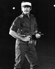 ACTOR CHARLES BRONSON IN TV FILM 'RAID ON ENTEBBE' 8X10 PUBLICITY PHOTO (ZZ-457)