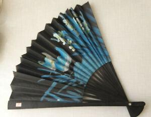 Handfächer aus China, handbemalt in blau und weiß auf schwarz