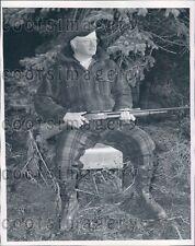 1952 Fashionable Warmly Dressed Michigan Hunter With Rifle Press Photo