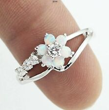 Delicado Plateado Blanco Ópalo De Fuego & Simulados Flor Diamante Anillo Tamaño 7